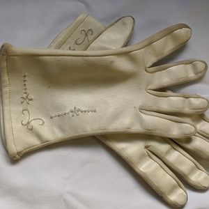 Vintage 50s/60s ivory leather embroidered gloves